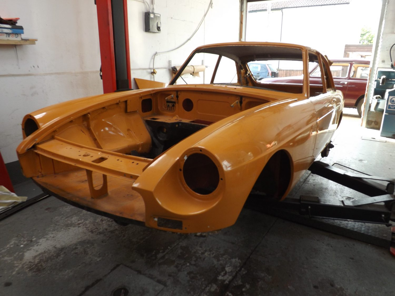 Fitting our new MGB quarter lights - Bridge Classic Cars