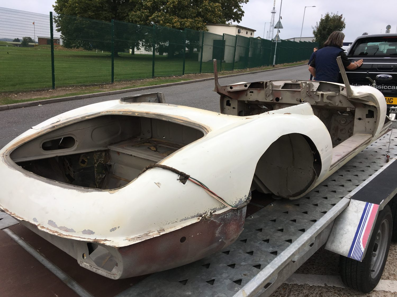 Jaguar E-Type V12 Roadster ready for welding